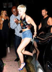 miley-cyrus-drunk-walking-miami-5-744x1024